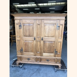 Absolutely stunning antique oak cupboard